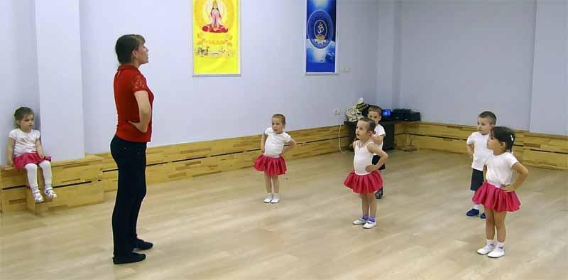 На занятии ритмикой - дети 3-5 лет в Мытищах